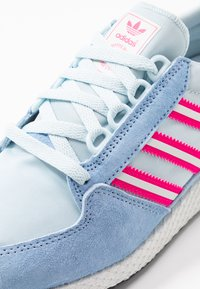 adidas Originals - FOREST GROVE  - Sneakers - periwi/crystal white/shock pink - 5
