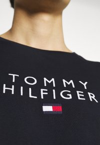 Tommy Hilfiger - STACKED FLAG TEE - Printtipaita - desert sky - 5