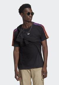adidas Originals - STRIPE UNISEX - Camiseta estampada - black/multicolor - 0