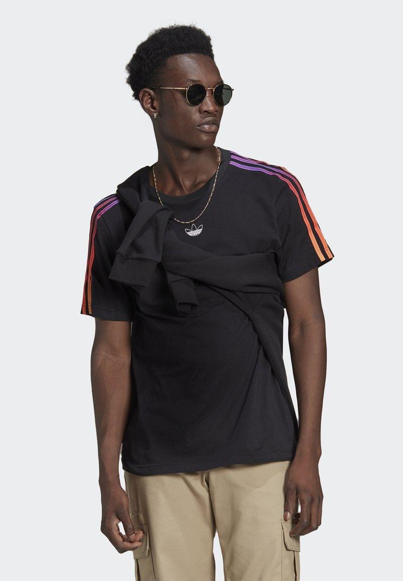 adidas Originals - STRIPE UNISEX - Camiseta estampada - black/multicolor