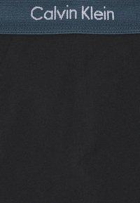 Calvin Klein Underwear - LOW RISE TRUNK 3 PACK - Culotte - hemisphere/direct green/blue - 10