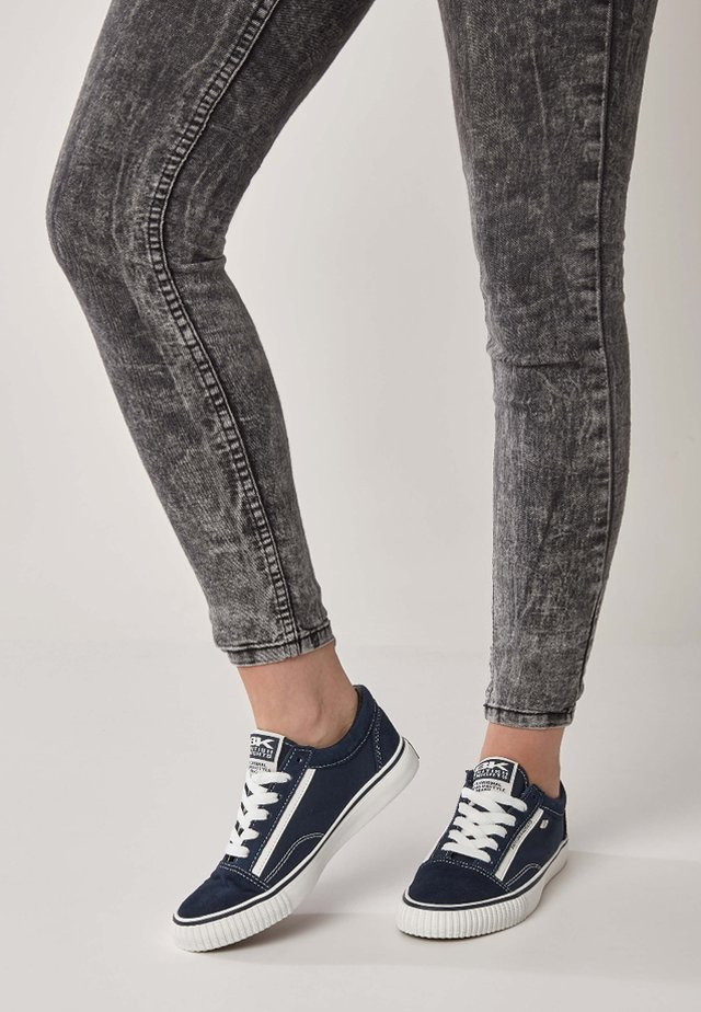 MACK DAMEN - Sneaker low - dark blue/white