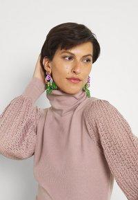 Fashion Union Tall - HARDY POINTELLE SLEEVE JUMPER - Stickad tröja - taupe/pink - 3