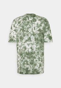 Russell Athletic Eagle R - JUDE MEN'S MODERN CREWNECK TEE UNISEX - Print T-shirt - four leav clover - 1