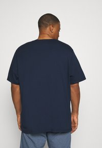 Levi's® Plus - BIG TEE 2 PACK  - Basic T-shirt - white/dress blues - 3