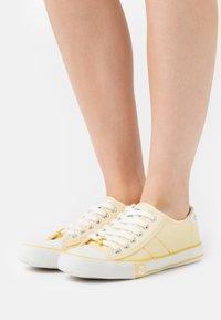 Le Temps Des Cerises - EASY - Sneakersy niskie - limonade - 0