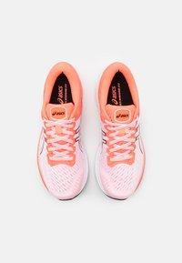 ASICS - GEL KAYANO 27 TOKYO - Stabilní běžecké boty - white/sunrise red - 3