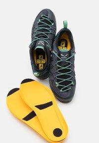 Salewa - WILDFIRE EDGE GTX - Chaussures de marche - ombre blue/atlantic deep - 5