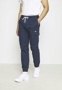 Tommy Jeans - ETHAN JOGGER - Pantaloni cargo - twilight navy - 0