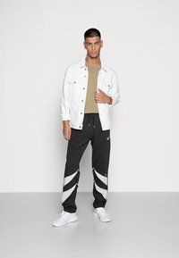adidas Originals - SHARK PANTS - Pantaloni sportivi - black/grey one - 1