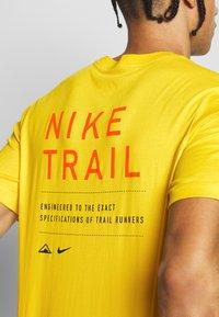 Nike Performance - DRY TEE TRAIL - Camiseta estampada - speed yellow - 5