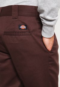 Dickies - 872 SLIM FIT WORK PANT - Chinot - chocolate brown - 5