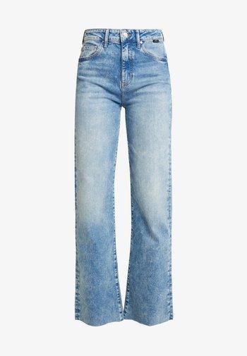 VICTORIA - Straight leg -farkut - light-blue denim