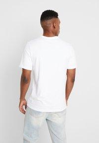 Jordan - JUMPMAN CREW - Print T-shirt - white/infrared - 2