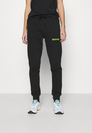 LOGO BADGE JOGGER - Tracksuit bottoms - black
