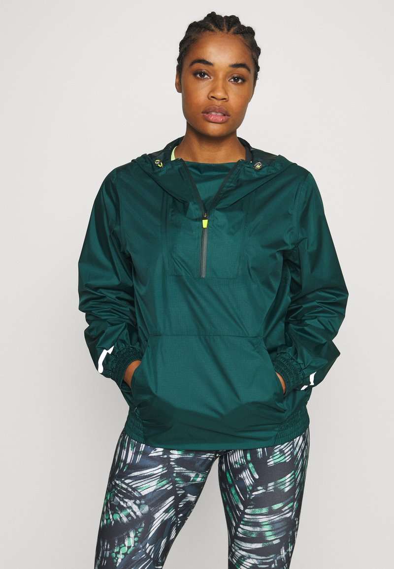 Sweaty Betty - ANORAK OVERHEAD JACKET - Regnjakke - june bug green