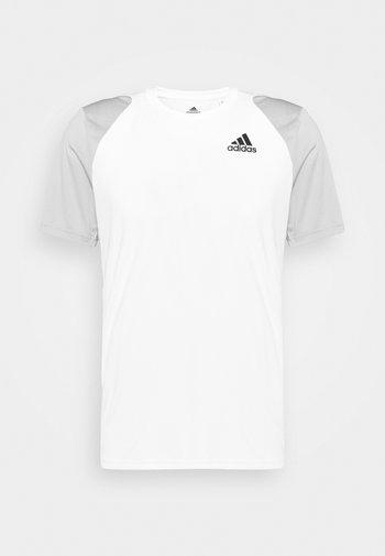 CLUB TEE - T-shirt med print - white/gretwo/black