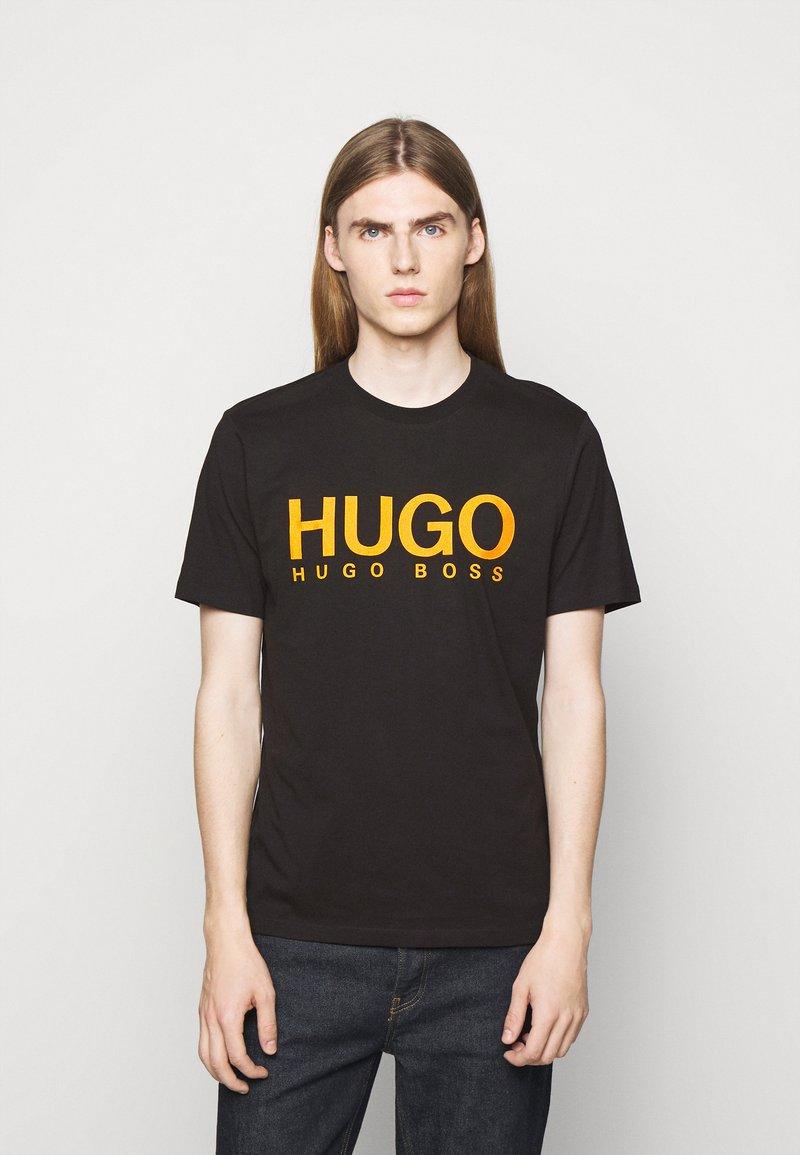 HUGO - DOLIVE - Printtipaita - black