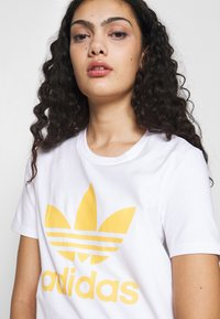 adidas Originals - TREFOIL TEE - T-shirt print - white/core yellow - 5