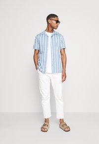 Kronstadt - CUBA PRINTED STRIPE SHIRT - Shirt - light blue - 1