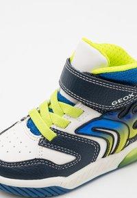 Geox - INEK BOY - Sneakersy wysokie - white/navy - 5