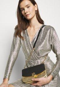 Lauren Ralph Lauren - MADISON - Torba na ramię - antique gold-coloured/black - 1