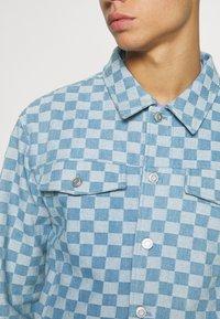 Vintage Supply - CHECKERBOARD TRUCKER JACKET - Kurtka jeansowa - blue - 6