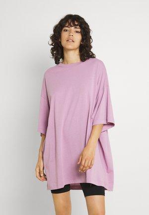 HUGE - Basic T-shirt - purple