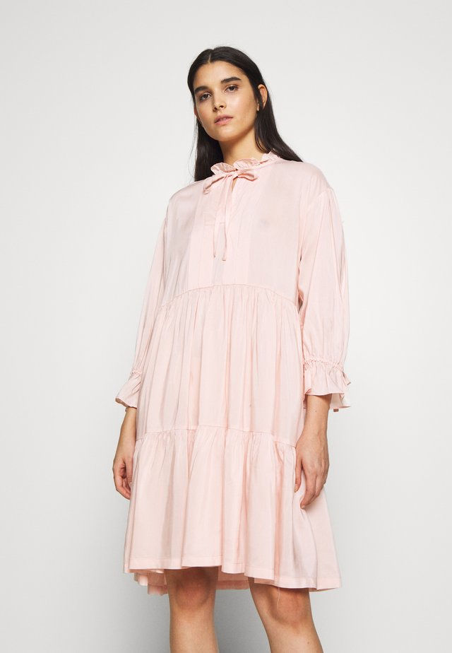 MELA TIERED DRESS - Hverdagskjoler - peach