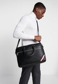 Tommy Hilfiger - DOWNTOWN COMPUTER BAG - Taška na laptop - black - 1