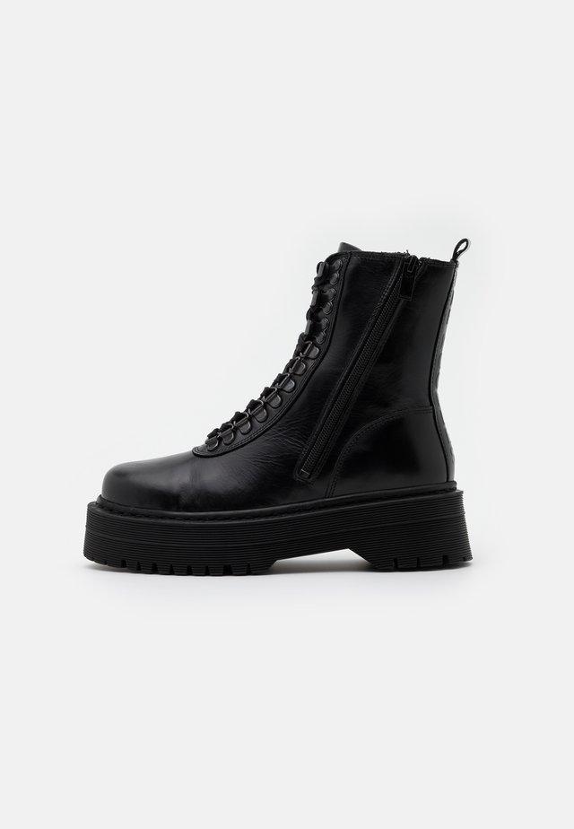AVEC LOGO AU DOS - Cowboy/biker ankle boot - black