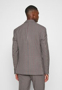 Isaac Dewhirst - BOLD VINTAGE CHECK SUIT - Garnitur - red check - 4