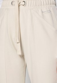 Marc O'Polo - PANTS CUTLINES ELASTIC WAISTBAND - Tracksuit bottoms - chalky sand - 3