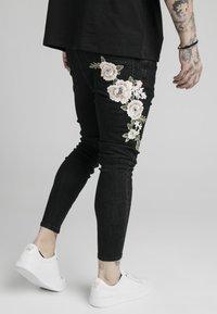 SIKSILK - DROP CROTCH PLEATED APPLIQUÉ - Slim fit jeans - black - 3