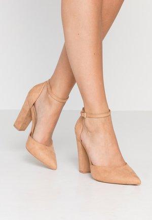 NICHOLES WIDE FIT - High heels - camel