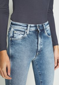 Calvin Klein Jeans - HIGH RISE SKINNY ANKLE - Jeans Skinny Fit - blue twist hem - 6