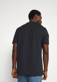 Lyle & Scott - CUT AND SEW RELAXED FIT - T-shirt med print - dark navy - 2