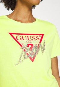 Guess - ICON  - T-shirt z nadrukiem - yellow glow - 4
