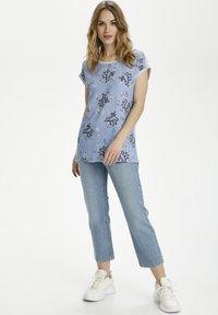 Kaffe - BPGITTA  - T-shirts print - light blue / midnight flower - 1