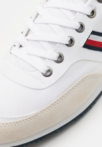 Tommy Hilfiger - ICONIC RUNNER - Zapatillas - white - 5