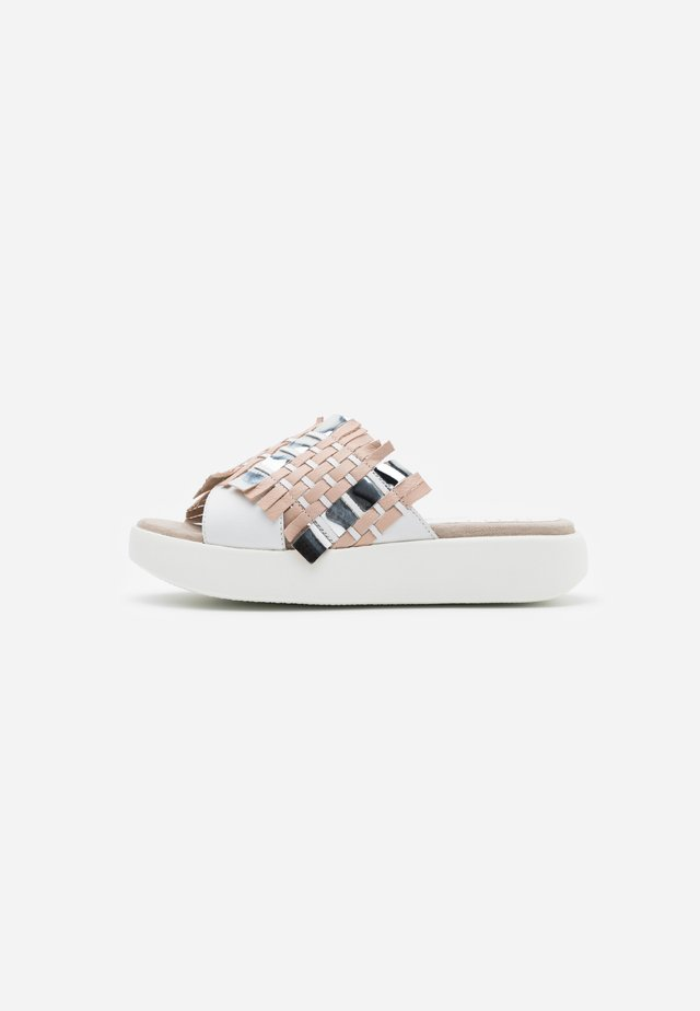 BRODY - Pantolette flach - white/silver