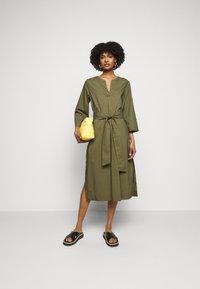 J.CREW - BELTED TUNIC - Denní šaty - frosty olive - 1