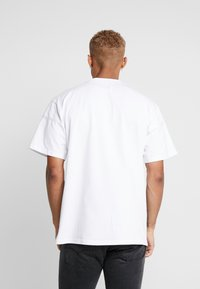 Daily Basis Studios - OVERSIZED FOOTBALL TEE - T-shirt con stampa - white - 2