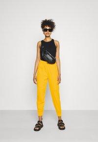Nike Sportswear - PANT  - Pantalon de survêtement - university gold - 1