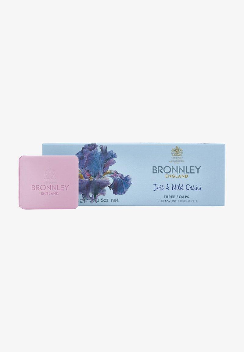 Bronnley - IRIS   WILD CASSIS IN GESCHENKBOX 3X100 G - Soap bar - -