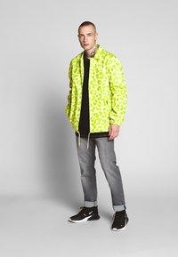 HUF - LEOPARD COACH JACKET - Summer jacket - hot lime - 1