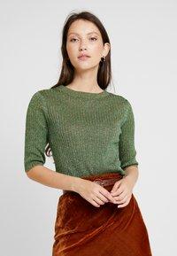 Soeur - GLITTER - T-shirt con stampa - vert/gold - 0