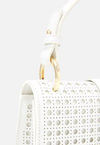 Forever New - PIPER LASER CUT TOP HANDLE BAG - Kabelka - white - 3