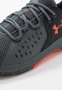 Under Armour - CHARGED COMMIT TR 2.0 - Sports shoes - black/pitch gray/martian red - 5