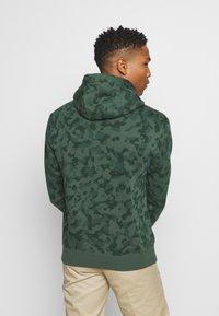 Nike Sportswear - CLUB HOODIE CAMO - Sweatshirt - galactic jade/white - 2